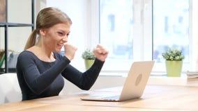 Podniecenie sukces dziewczyną pracuje na laptopie zbiory wideo