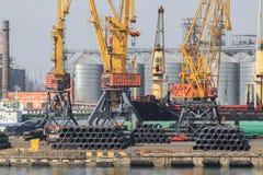 Podnośni ładunków żurawie, statki i zbożowa suszarka w Dennym Pora, fotografia royalty free