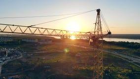 Podnośny żuraw przeciw tłu zmierzch Budowa teren, buduje teren, miejsce teren od above zbiory