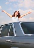 podnosić dziewczyn samochodowe ręki fotografia royalty free