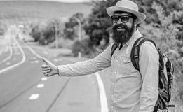 Podnosić up autostopowiczów Zatrzymuje samochód Mężczyzna próby przerwy samochodowy kciuk up Hitchhiking jeden tani sposobów podr zdjęcie stock