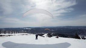 Podnosi żagla skrzydło paraglider Zaczyna zdejmował, przerwy zdala od ziemi, bieg daleko od Paragliding wewnątrz zbiory wideo