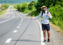 Podnosi ja up Hitchhiking jeden tani sposobów podróżować Podnosić up autostopowiczów Autostopowicze ryzykują podnoszącego up obok obrazy royalty free