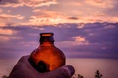 Podnosić zimnego piwo przy zmierzchem na jeziorze Zdjęcie Stock