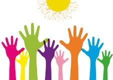 Podnoszący w górę dzieci rabatowych z kolorowymi sylwetek rękami Pojęcie projekta grupa jest tłumem determinuje pomagać odosobnio royalty ilustracja