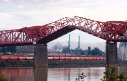 Podnoszący sekci Broadway kratownicowy most w Portland Zdjęcie Stock