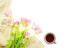 Podołek koc, filiżanka herbata i kwiatu bukiet, zdjęcia stock