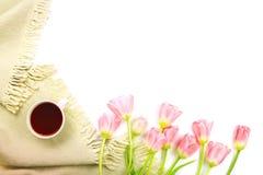 Podołek koc, filiżanka herbata i kwiatu bukiet, obrazy stock