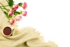 Podołek koc, filiżanka herbata i kwiatu bukiet, zdjęcie royalty free