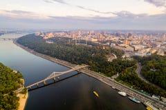 Podol区、市中心和Vladimirskaya戈尔卡的全景 基辅右岸的全视图与 免版税库存照片