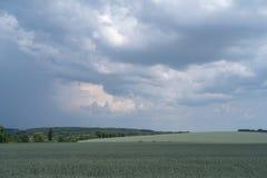 Podolien-Region, Ukraine Landschaft mit drastischen Wolken über AGR lizenzfreies stockfoto