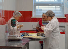 PODOLSK, 28 04 2015: Τρεις μάγειρες που μαγειρεύουν το pelmeni στις 24 Απριλίου 2015, Στοκ Εικόνες