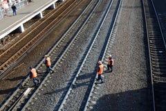 PODOLSK, federacja rosyjska - KWIECIEŃ, 13, 20015: kolejowi pracownicy Zdjęcie Stock