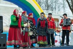 Ansamble folklorique sur une scène avec le garmoshka Photographie stock libre de droits