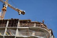 PODOLSK, 28 04 2015 - Pracownicy robi przygotowaniom na constru Zdjęcie Stock