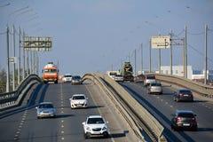 PODOLSK/RUSSIAN联盟- 2015年10月05日:有繁忙运输的桥梁 库存图片