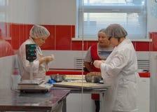 PODOLSK, 28 04 2015: Trzy kucharza gotuje pelmeni Kwiecień 24, 2015, Zdjęcie Stock