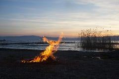 Podpala na plaży Jeziornym Ohrid przy zmierzchem Zdjęcie Royalty Free