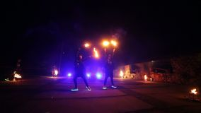 Podpala przedstawienie Dwa dziewczyny otwierają początek przedstawienie Chłopiec i dziewczyny wykonywali tanów z ogieniem w nocy  zbiory