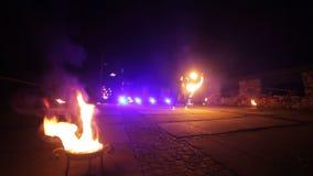 Podpala przedstawienie ogień pali w przedpolu Artysty skręta ogień protestuje w ich rękach Chłopiec i dziewczyny wykonujący tancz zbiory wideo