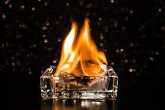 Podpala wśrodku kwadratowego szklanego ashtray w zmroku obrazy stock