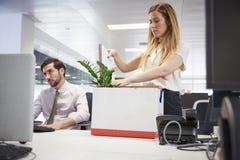 Podpalający żeński pracownika kocowania pudełko należenia w biurze zdjęcie royalty free