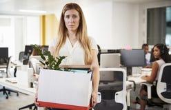 Podpalający żeński pracownika mienia pudełko należenia w biurze fotografia royalty free