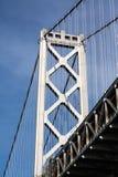 Podpalany bridżowy zawieszenia wierza, niebieskie niebo i Zdjęcie Stock