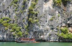 podpalany łodzi halong turysta Vietnam Fotografia Stock