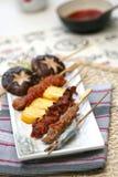 podpiekający wyśmienicie mięsa przygotowany rolek suszi zdjęcie royalty free