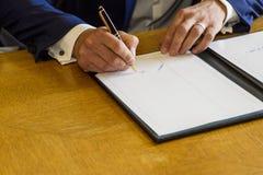 Podpis przy ślubem Fotografia Royalty Free