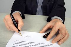 Podpisujący kontrakt wewnątrz w górę fotografia stock