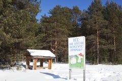 Podpisujący wewnątrz zim drewna blisko gazebo nasz bogactwo, gacenie natura, Vologda region - las - Obrazy Stock