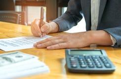Podpisuje dokument jeśli chodzi o transakcje biznesowe Obraz Royalty Free
