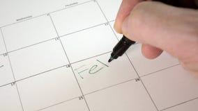 Podpisuje dzień w kalendarzu z piórem, rysuje dobrego złego dzień, zdjęcie wideo