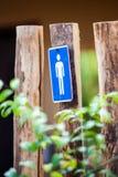 Podpisuje mężczyzna symbolu obwieszenie na drewnie Obraz Royalty Free
