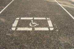 Podpisuje niepełnosprawnego parking na bruku pusty parking Zdjęcie Royalty Free