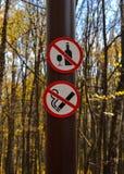 Podpisuje no pić, no dymić na słupie w parku fotografia stock