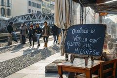 Podpisuje przy restauracyjną reklamą lokalnego Milanese naczynie szpika kostnego i koloru żółtego safron risotto ryż na Naviglio  Obraz Stock