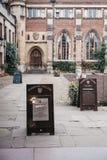 Podpisuje wewnątrz podwórze Pembroke szkoła wyższa, Cambridge, UK fotografia stock