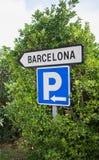 Podpisuje wewnątrz Barcelona w drzewach Zdjęcia Royalty Free