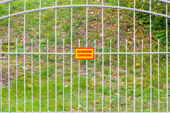 Podpisuje z wpisowy ` ochraniającym terenu ` na ogrodzeniu Obrazy Stock