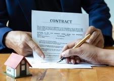 Podpisywać domu zakupu kontrakt zdjęcia royalty free