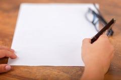 Podpisywanie kontrakt z kopii przestrzenią, ręki podpisywania dokument Obraz Royalty Free