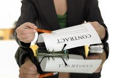 podpisywanie kontraktacyjna kobieta obrazy stock