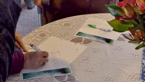 Podpisywanie pomnik książka przy pogrzebem zbiory wideo