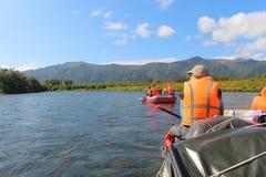 Podróżnicy na tratwach pływają na halnej rzece obraz royalty free