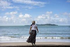 Podróżnik kobiet tajlandzki bawić się relaksuje i pozujący dla bierze fotografię przy zakazu Pae plażą w Rayong, Tajlandia zdjęcie royalty free