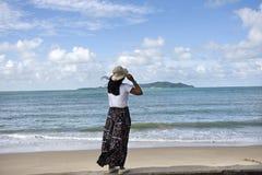 Podróżnik kobiet tajlandzki bawić się relaksuje i pozujący dla bierze fotografię przy zakazu Pae plażą w Rayong, Tajlandia obrazy stock