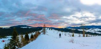 Podróżny fotograf podziwia pięknego wschód słońca na wierzchołku Karpackie góry obraz stock